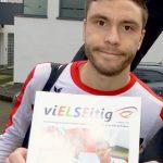 Der Elfmeter-Held Jonas Hector mit unserer Schülerzeitung ELSE.
