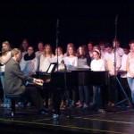 Der Chor der Elisabeth-Selbert-Gesamtschule, am Flügel Chorleiter Andreas Tiggemann